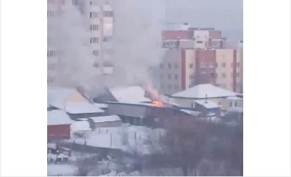 Огонь быстро охватил крышу