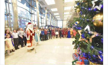 Детей поздравлял настоящий Дед Мороз