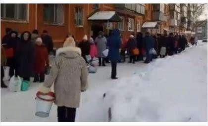 К единственной водовозке в Бердске в дни аварий выстраивается очередь