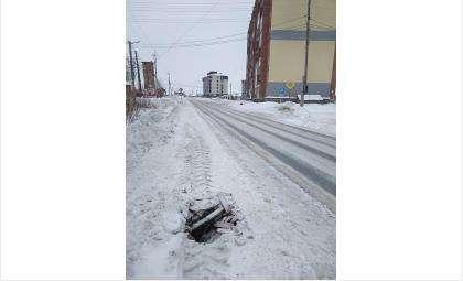 Провал на тротуаре в пос. Боровой