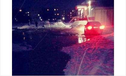 19 декабря затопило территорию у школы №13 - прорвало магистральный водопровод