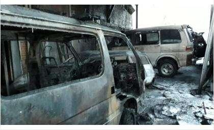 Сразу пять машин пострадали в пожаре в СТО в Бердске