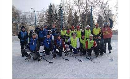 Матч поколений состоялся в Бердске на уличной хоккейной коробке