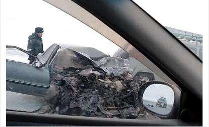 Спасатели МЧС доставали из машины погибшего водителя