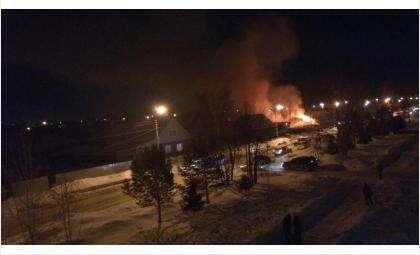 Дом, «Лада» и сарайки сгорели у пожилых супругов на ул. Павлова в Бердске