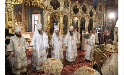 Митрополит Никодим проводит божественную Литургию в Вознесенском кафедральном соборе