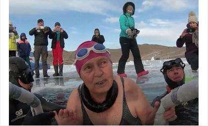 77-летняя морж Любовь Зозуленко проплыла 10 метров подо льдом Байкала