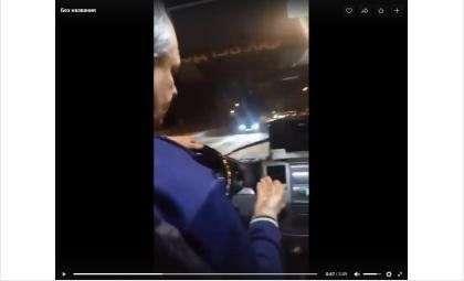 Водитель хамит и ругается матом на пассажиров. Кадр из видео