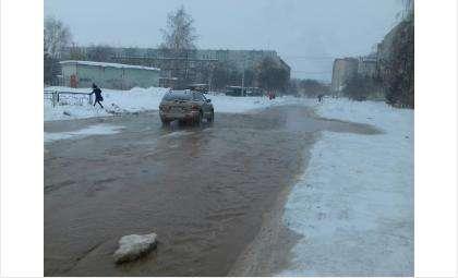 Затопило территорию школы №13 из-за порыва водопровода в Бердске