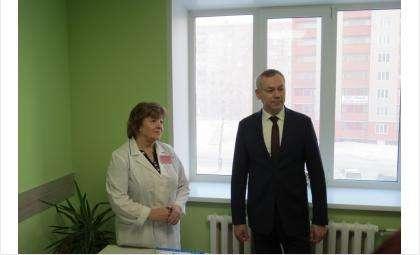 Губернатор Андрей Травников и психолог ЖК Любовь Садилова, работающая с будущими мамами