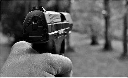 С пистолетом напали на киоск быстрого питания двое мужчин в Бердске