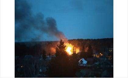 Из-за взрыва пламя быстро охватило дом