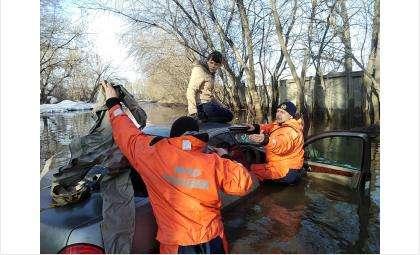 Спасатели МЧС помогли автоледи выбраться из лужи