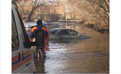 Машину достали из лужи спасатели БПСО