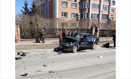 """Машина с логотипом """"Яндекс.Такси"""" серьёзно повреждена"""