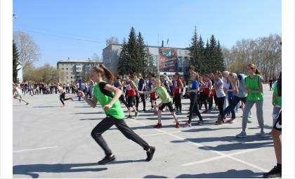 600 жителей Бердска бежали в легкоатлетической эстафете в честь Победы