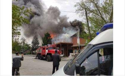 На ул. Пушкина в Бердске горит частный дом