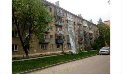 Порывом ветра в Бердске сорвало крышу с 5-этажки на ул. Кутузова