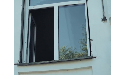 Ребёнок забрался на подоконник и выпал в открытое окно