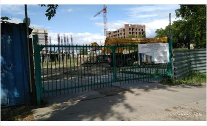Вывезли дорожные плиты со стройплощадки дома-долгостроя в Бердске