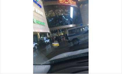 Здание торгового центра окружено силовиками