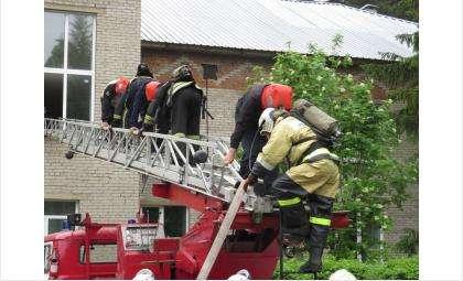 """Пожарные спасали """"пострадавших"""""""
