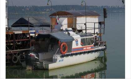 Спасатели МЧС отбуксировали катер до берега
