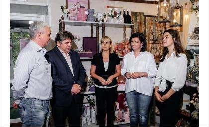 Власти Бердска поздравляют коллектив творческой мастерской Юлии Фроловской