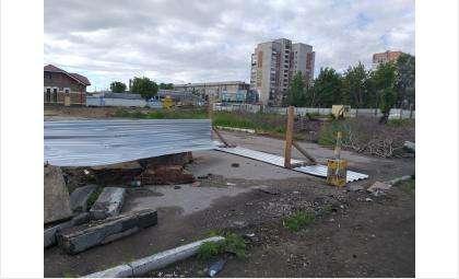 Площадка для нового вокзала огорожена забором