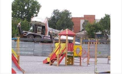 На стройплощадке в Бердске упал автокран