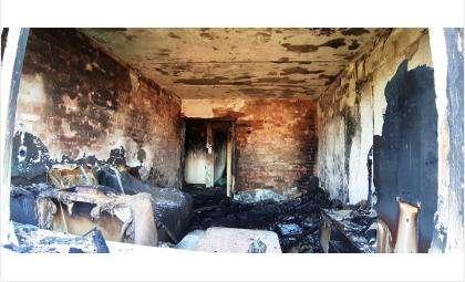 Зал полностью выгорел, остальные комнаты закоптились