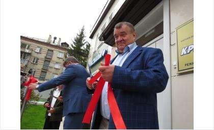 Ленточку перерезали Виктор Голубев и мэр Евгений Шестернин