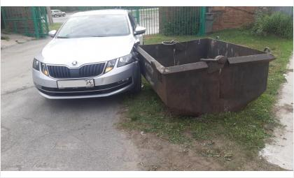 На большой мусорный бак налетела «Шкода» в Бердске