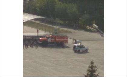 На место происшествия выезжали пожарные и полицейские