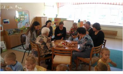 Бабушки и дедушки - на чаепитии в детском саду Бердска