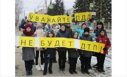 Школьники Бердска и ГИБДД перед каникулами провели акцию по ПДД для водителей и пешеходов