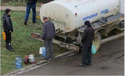 Воду подвозят в цистерне