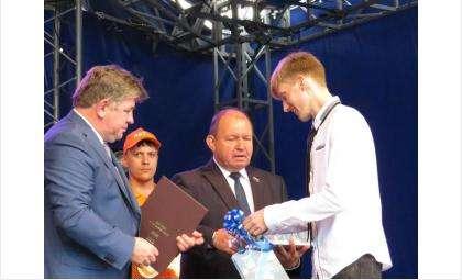Ключи от новой квартиры по программе поддержки сирот получил Александр Разумов