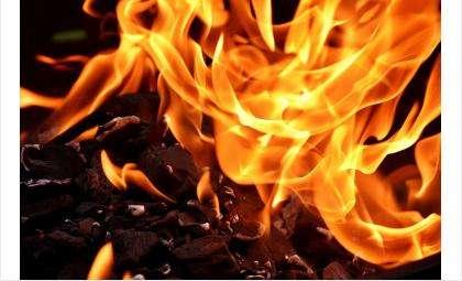 Пожар произошел поздним вечером