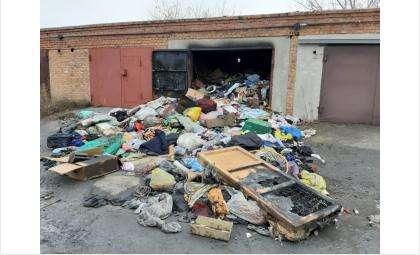 За кучей мусора погиб во время пожара бродяга в гараже в Искитиме