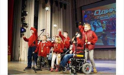 Команды-победительницы бросали в зал мячики, передавая победную эстафету