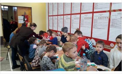 Глухие дети и их мамы расписывали пряники в Бердске