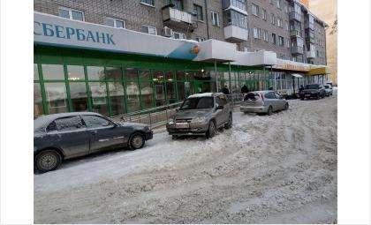 Кто поможет бедному Сбербанку и магазину почистить дорогу?
