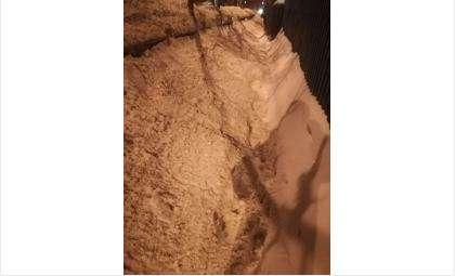 Весь снег с дороги на ул. Суворова свалили на тротуар