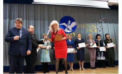 Глава города вручил ведосмтвенные награды учителям