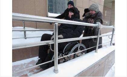 Пандус оказался очень скользким: коляску затаскивали три человека