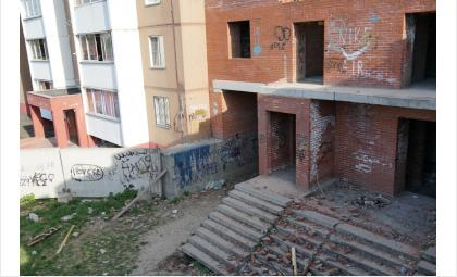 9-летняя девочка насмерть разбилась при падении с 3 этажа заброшенной стройки в Новосибирске