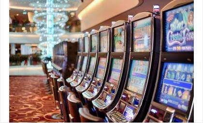За 1,4 млн рублей и «IPhone 5s» полицейский предупреждал казино в Новосибирске о проверках МВД