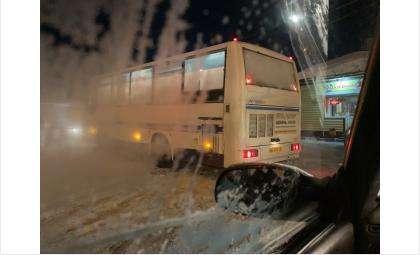 Водитель автобуса №1 перекрыл парковку на ж/д вокзале!