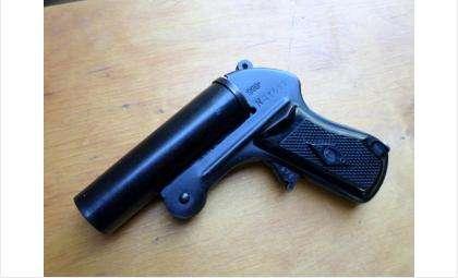 Угрожая сигнальным пистолетом, разбойники отобрали у мужчины сумку в Бердске